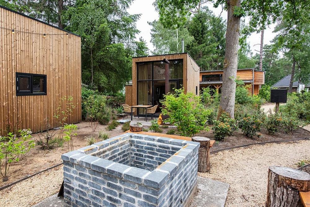 Houten tiny house in een bosrijke omgeving